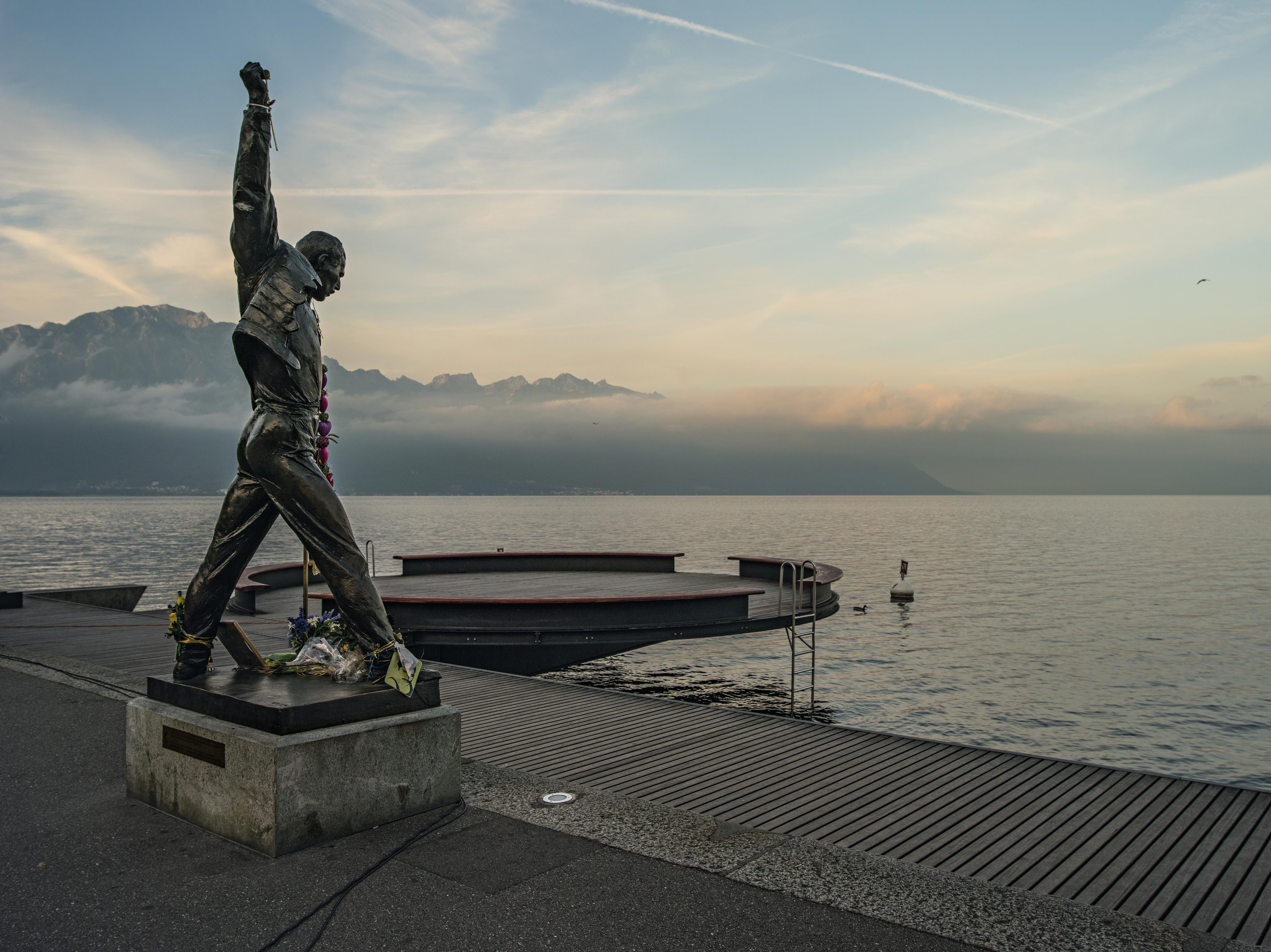 Schweiz. ganz natuerlich. Statue von Freddie Mercury in Montreux. Switzerland. get natural. Statue of Freddie Mercury in Montreux. Suisse. tout naturellement. Statue de Freddie Mercury a Montreux. Copyright by: Switzerland Tourism - By-Line: swiss-image.ch / Markus Buehler-Rasom